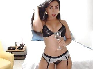 Glamour babe dances in lingerie on webcam