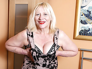 Raunchy British Housewife Playing Take The brush Hairy Snatch - MatureNL