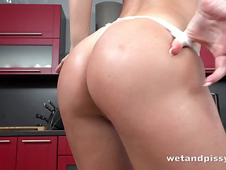 Dirty weird babe relating to a nice ass Vinna Reed loves peeing and masturbating